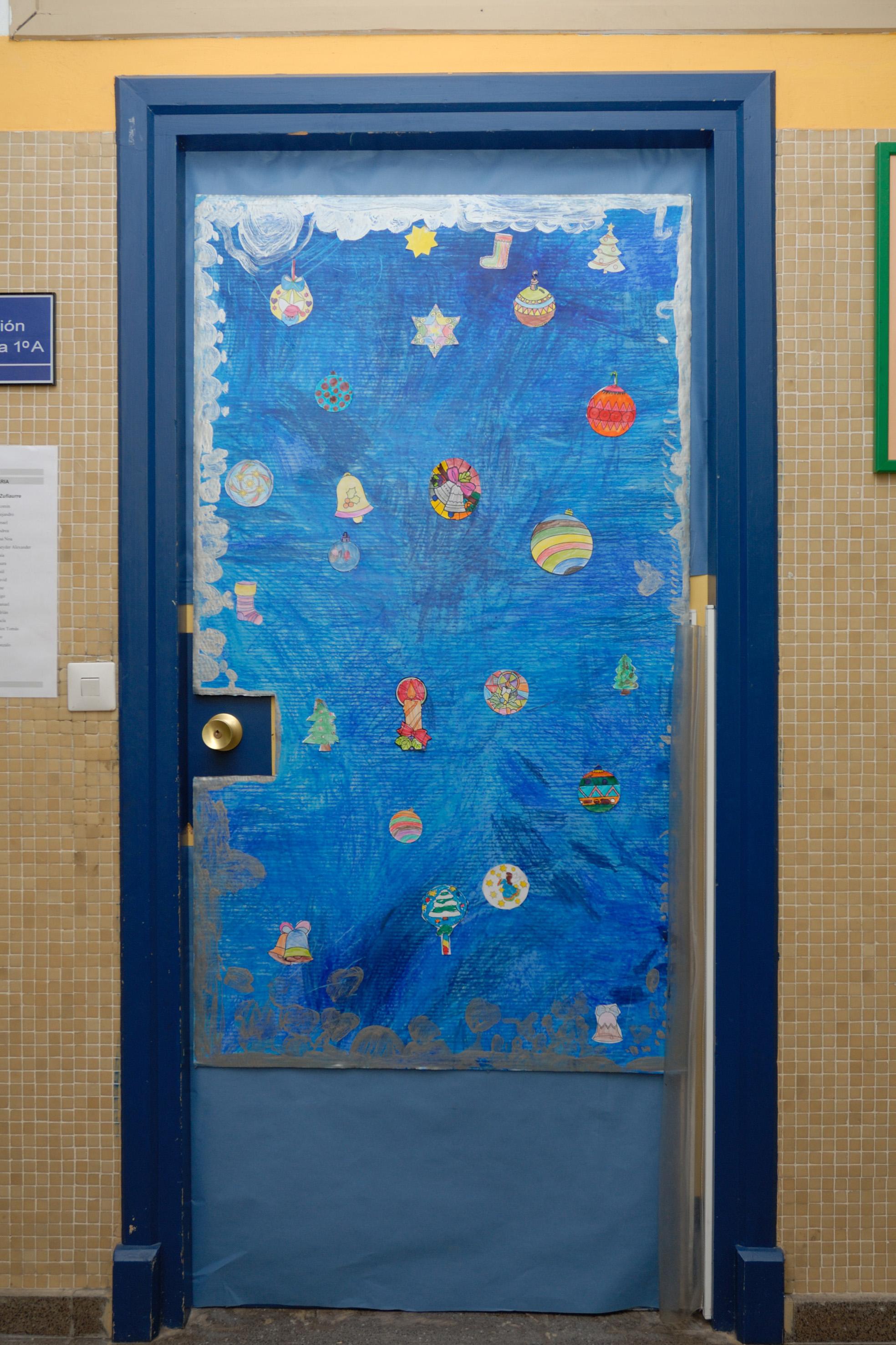 En el cole por navidad for Puertas decoradas navidad material reciclable
